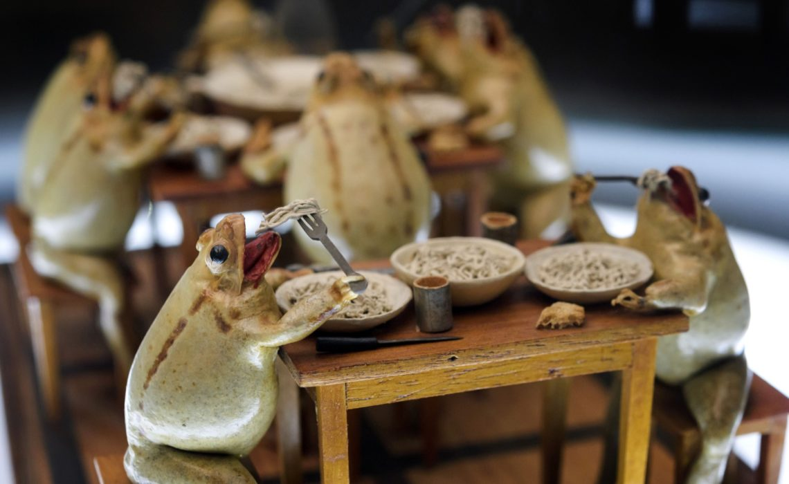 Frogs-having-family-dinner-at-The-Frog-Museum-in-Estavayer-le-Lac-western-Switzerland-FABRICE-COFFRINI-AFP-Getty-Images-thechicflaneuse