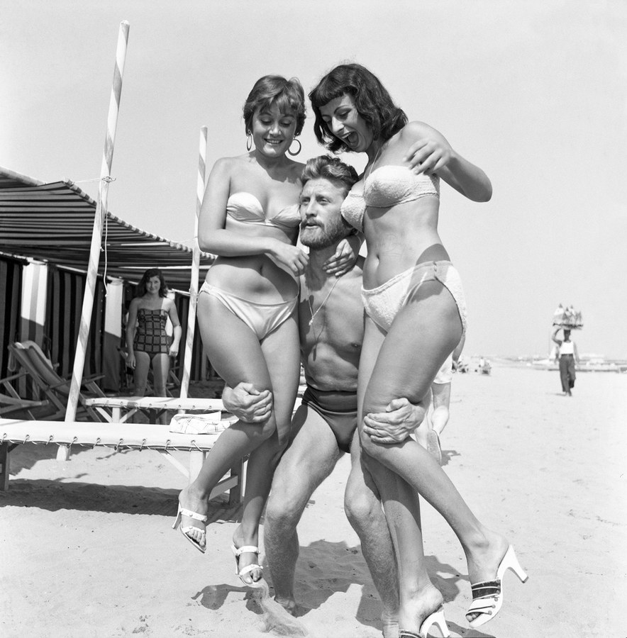 Kirk Douglas with paintress Novella Parigini and actress Lilly Greco on Lido Beach in Venice 1953 by archivio Cameraphoto Epoche-Getty Images-thechicflaneuse