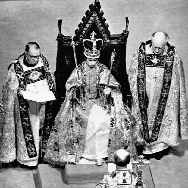 Queen-Elizabeth-coronation day trone thechicflaneuse