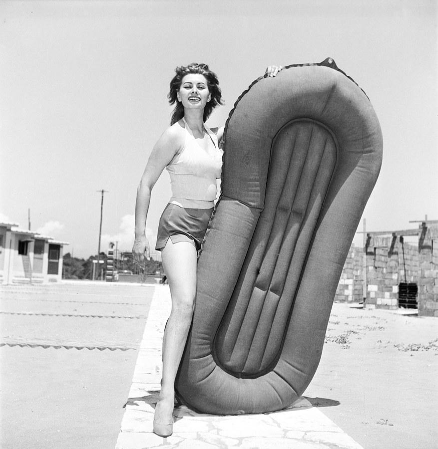 Sophia Loren in Ostia 1951-thechicflaneuse – By Franco Fedeli-Reporters Associati & Archivi-Mondadori Portfolio-Getty Images