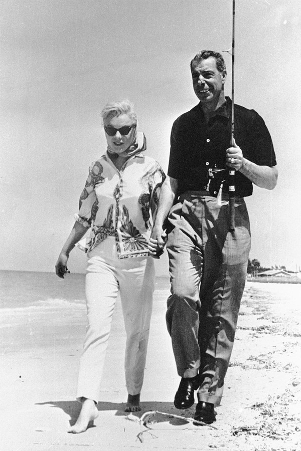 marylin monroe and joe di maggio sarasota beach Florida From A.P.-Rex-Shutterstock-thechicflaneuse