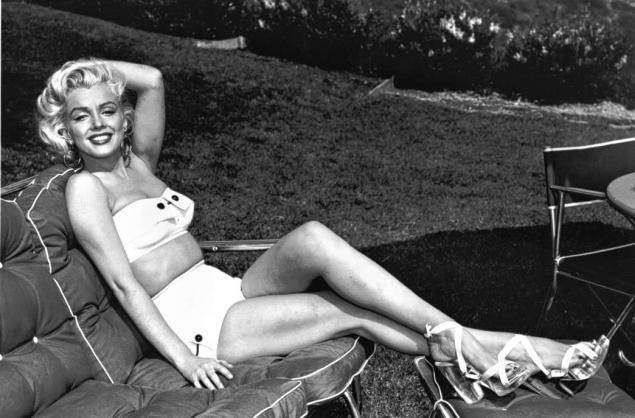 Marilyn Monroe wears a midkini