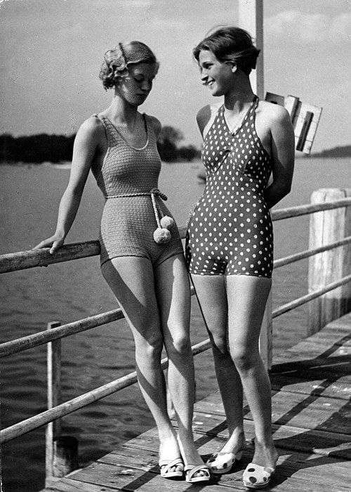 one piece swimming suit in the 50s chic - thechicflaneuse