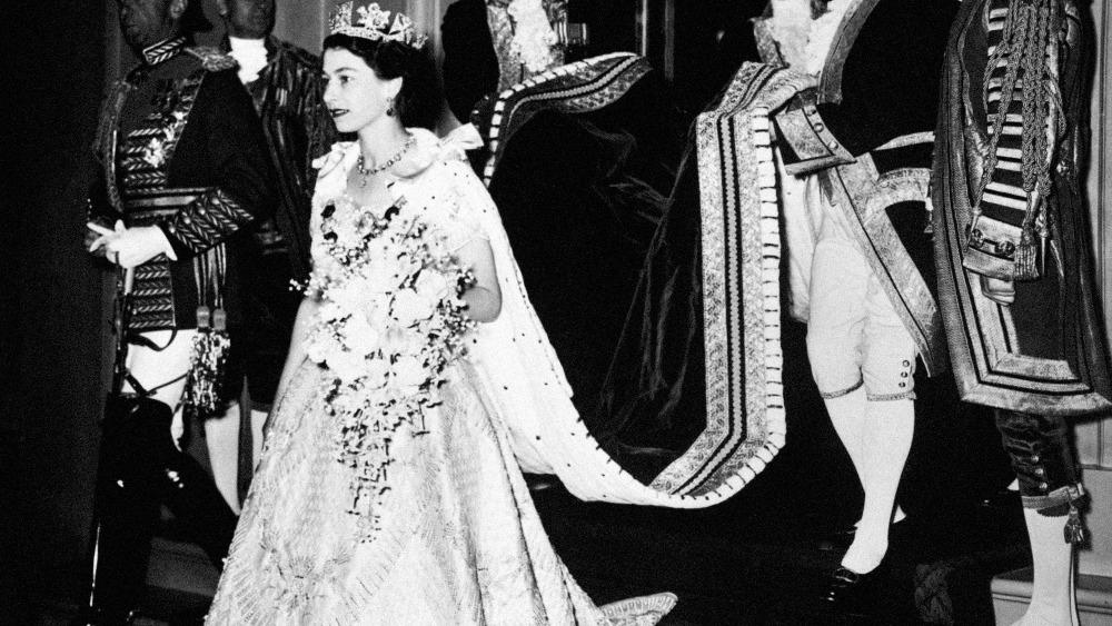 queen elisabeth coronation arrival