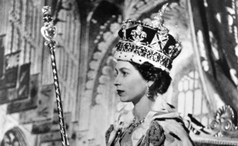 queen-elisabeth-coronation-day-detail-official-portrait-thechicflaneuse