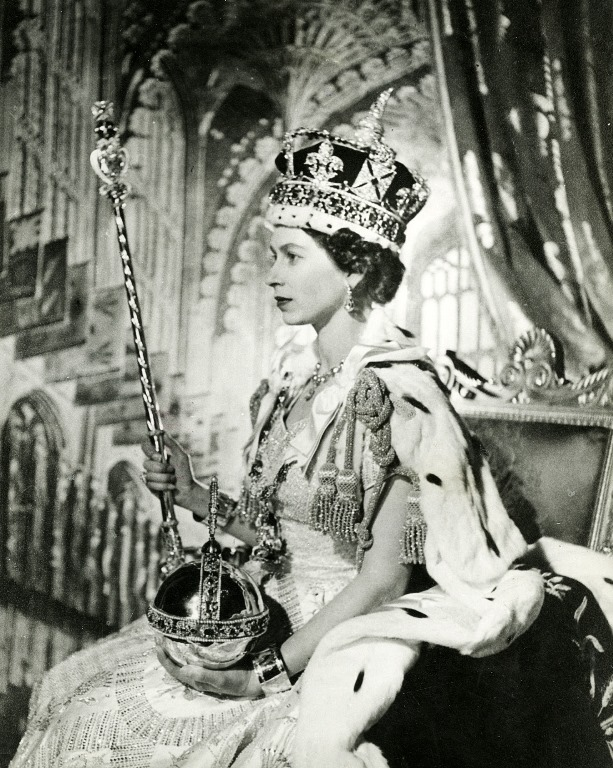 queen elisabeth coronation official portrait-thechiflaneuse