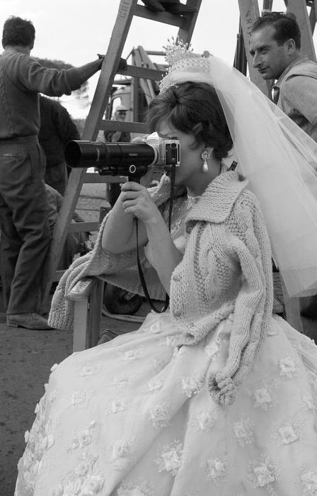 """L'attrice italiana Gina Lollobrigida durante una scena del film """" Torna a settembre"""" diretto da Robert Mulligan, con la partecipazione dell'attore Rock Hudson."""
