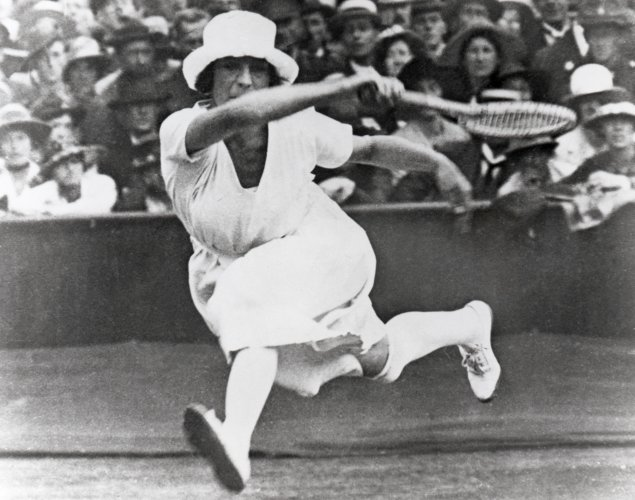 1920 French player Suzanne Lenglen during Olympic Games in Belgium. She is wearing a shorter and more confortables dress and over-the-knee stockings with garter – Photo Getty Images - thechicflaneuse.jpg