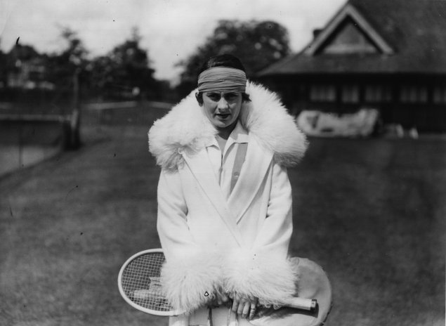 1926 Spanish player Lili de Alvarez in a very sophisticated outfit with collar and cuffs ornated with feather and hair-band – Photo Getty Images - thechicflaneuse