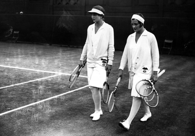 1929 Americana Helen Wills and Helen Jacobs at Wimbledon. Pants skirts, shirt with collar and a long sleeves cardigan, band, sunshade and socks.
