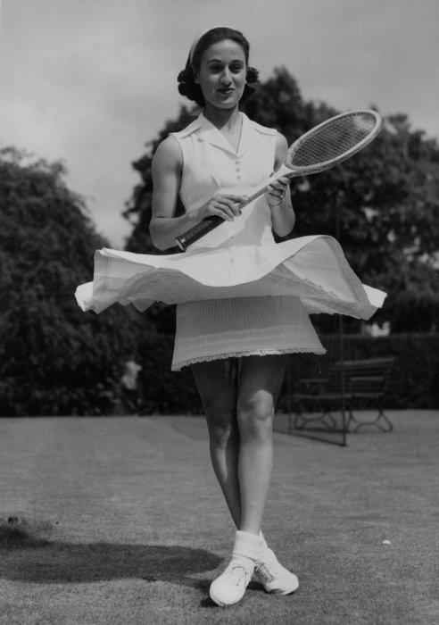 1954 Dorothy Levine short skirt and nylon slip at Wimbledon – Photo Getty Images