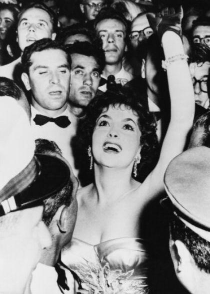 1956-Gina Lollobrigida tra due ali di folla immensa al festival di Venezia nel 1956