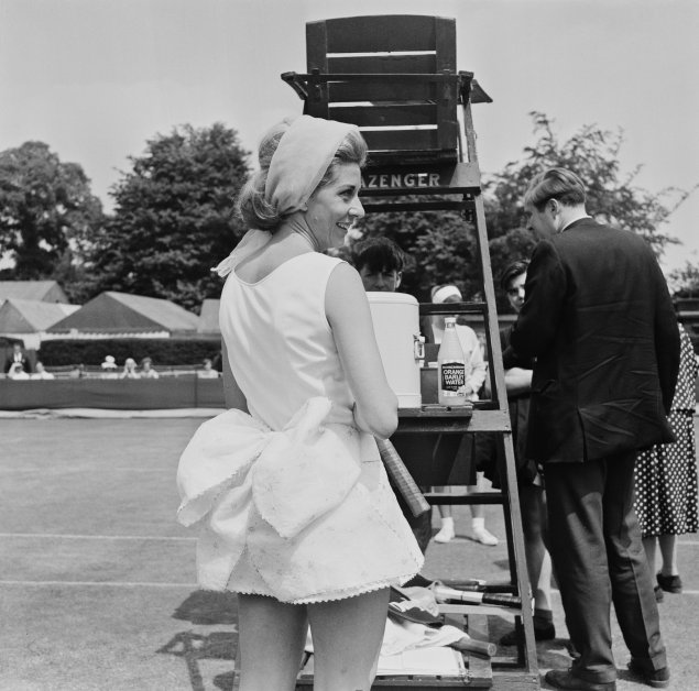 1964 Lea Pericoli at Wimbledon, wearing a mini dress with a big bow tied to waist and a large hair-band – Photo Getty Images thechicflaneuse