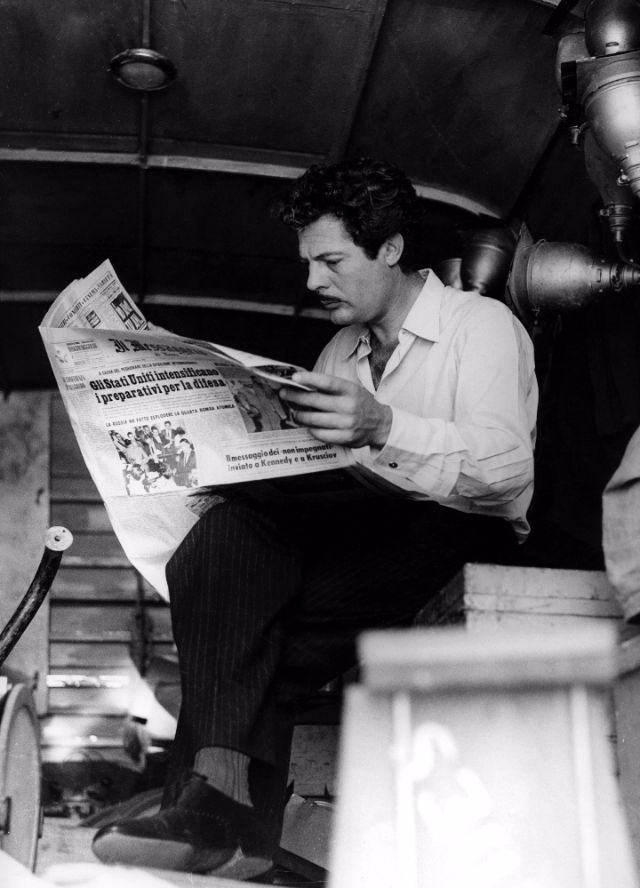 Marcello Mastroianni reading newspaper
